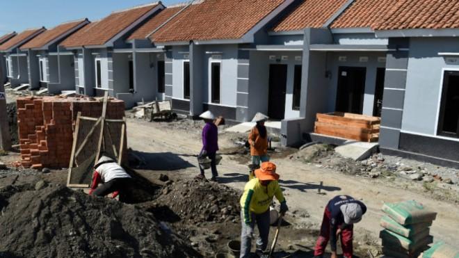 598de1e84b412-buruh-mengerjakan-pembangunan-perumahan-bersubsidi-di-kaliwungu_665_374