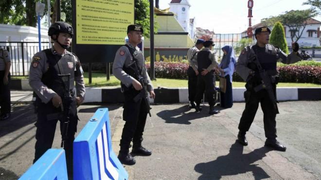 5afbfee65ba71-sejumlah-polisi-berjaga-di-pintu-masuk-mapolrestabes-surabaya_665_374